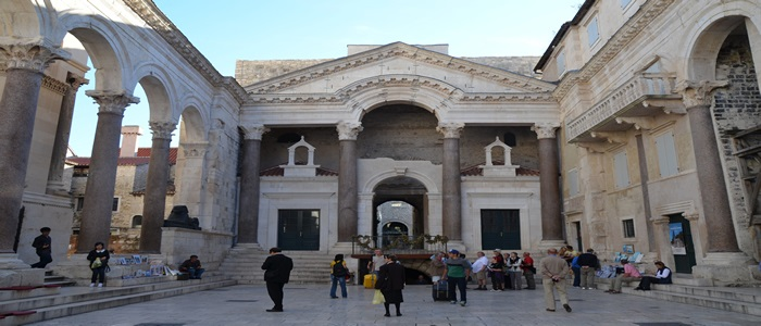 Peristyle_of_Diocletian's_Palace,_Split_(11908116224) (1)